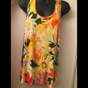 🌺Loose fitting tank with cute back.
